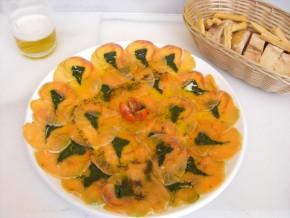 Carpaccio de salmón con espinacas y parmigiano
