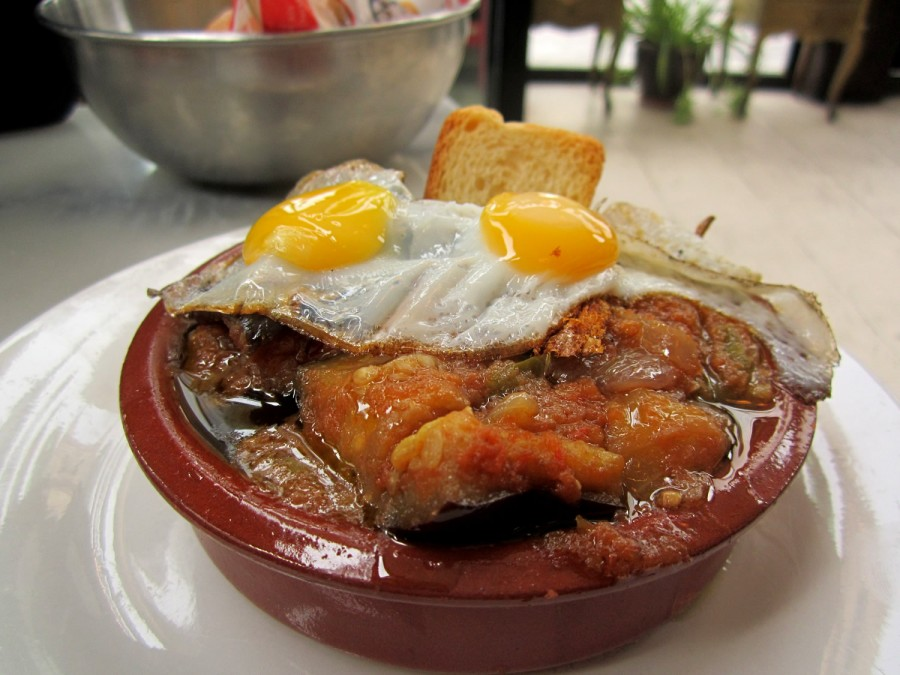 Tapa de Cazuela de Pisto con huevos de codorniz